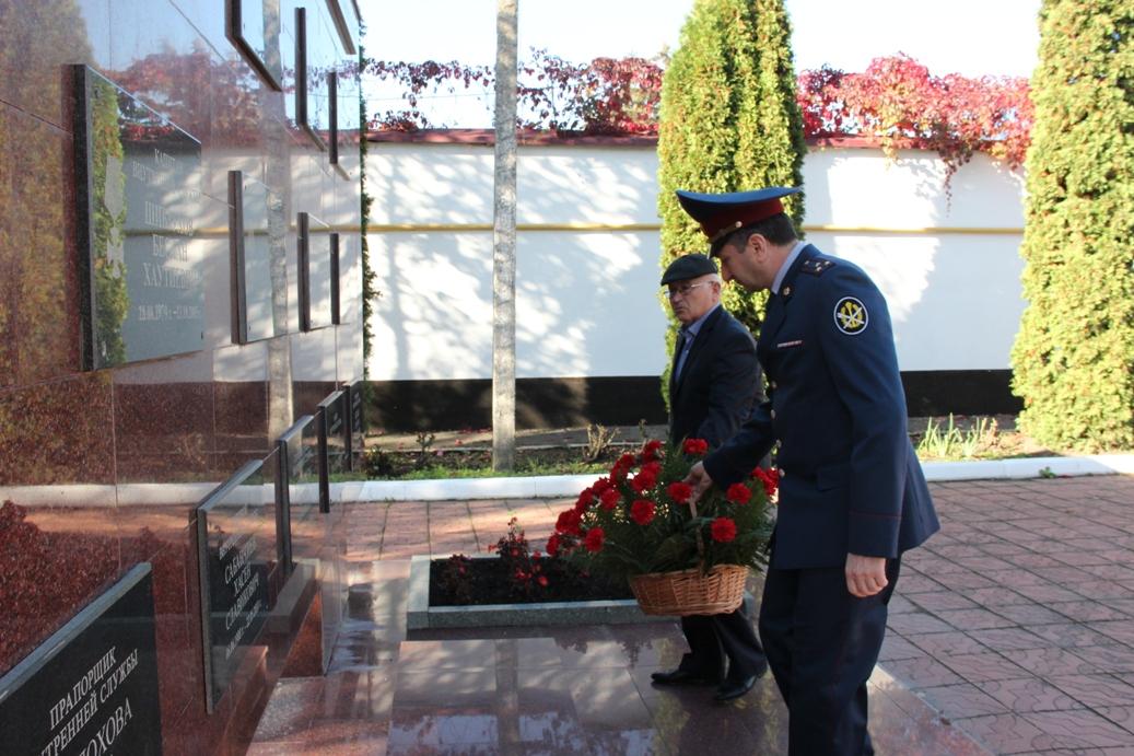 13 октября у мемориала павшим сотрудникам уголовно-исполнительной системы КБР расположенного на территории Управления ФСИН России по Кабардино-Балкарской Республике состоялся традиционный траурный митинг.